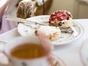 Scones mit Clotted Cream und erdbeermarmelade