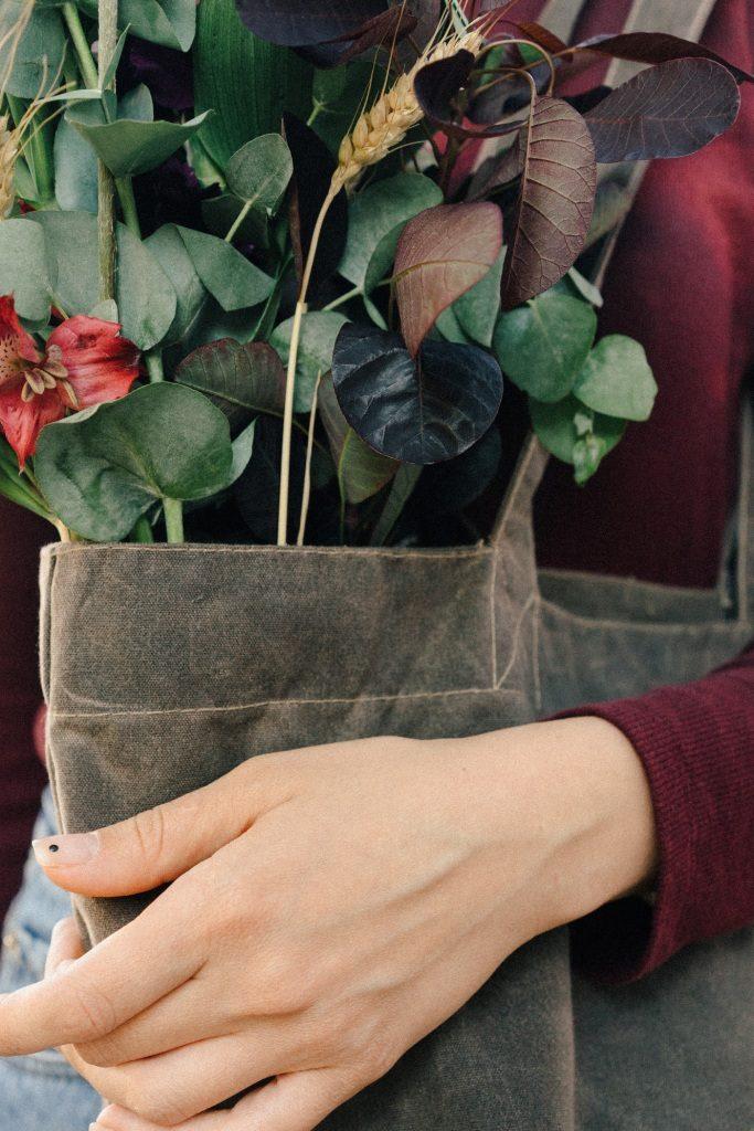 Äste, Blätter, Blüten aus freier Wildbahn für umweltfreundliche Gestecke und Bouquets