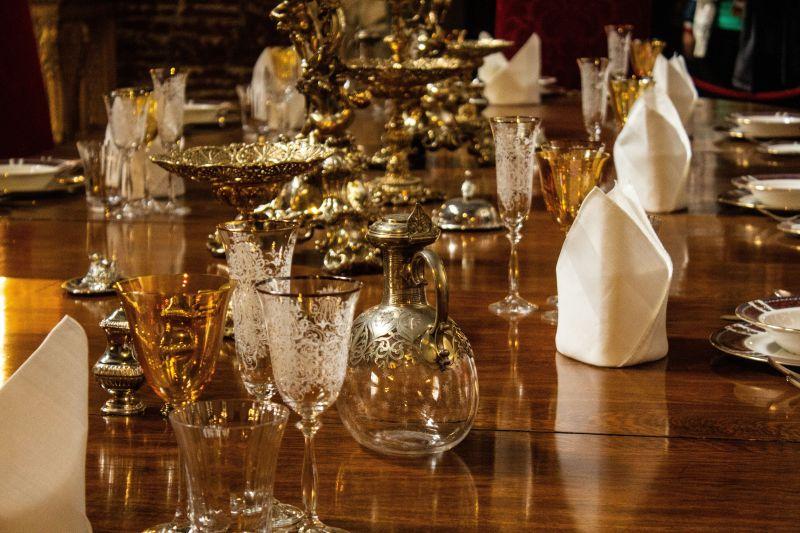 Festlich gedeckter Tisch mit Kristall und Silber