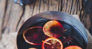 Weihnachtspunsch in Kupferkasserole und Orangenscheiben