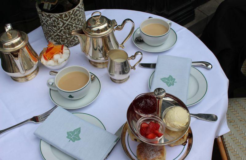 Klassisch gedeckter Tisch zum Afternoon Tea