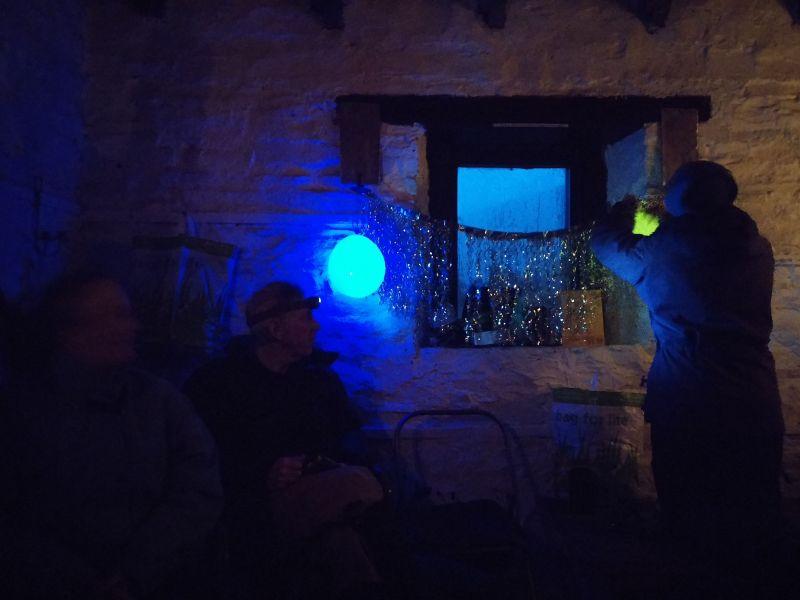 Silvester in den schottischen Highlands. Bergsteiger hängen in der Hütte Lampinions und Lametta auf
