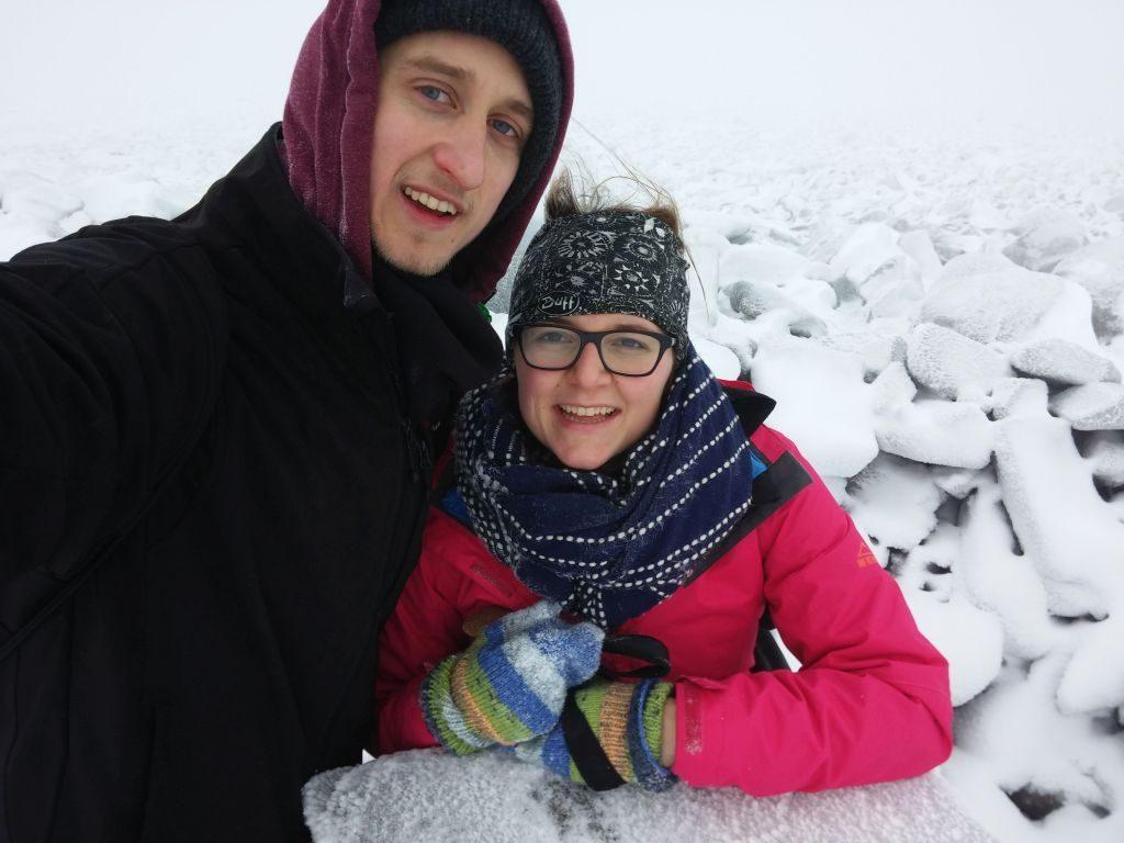 Silvester in den verschneiten schottischen Highlands. David Müssemann und Lea Bitter im Schnee dick winterlich eingepackt.