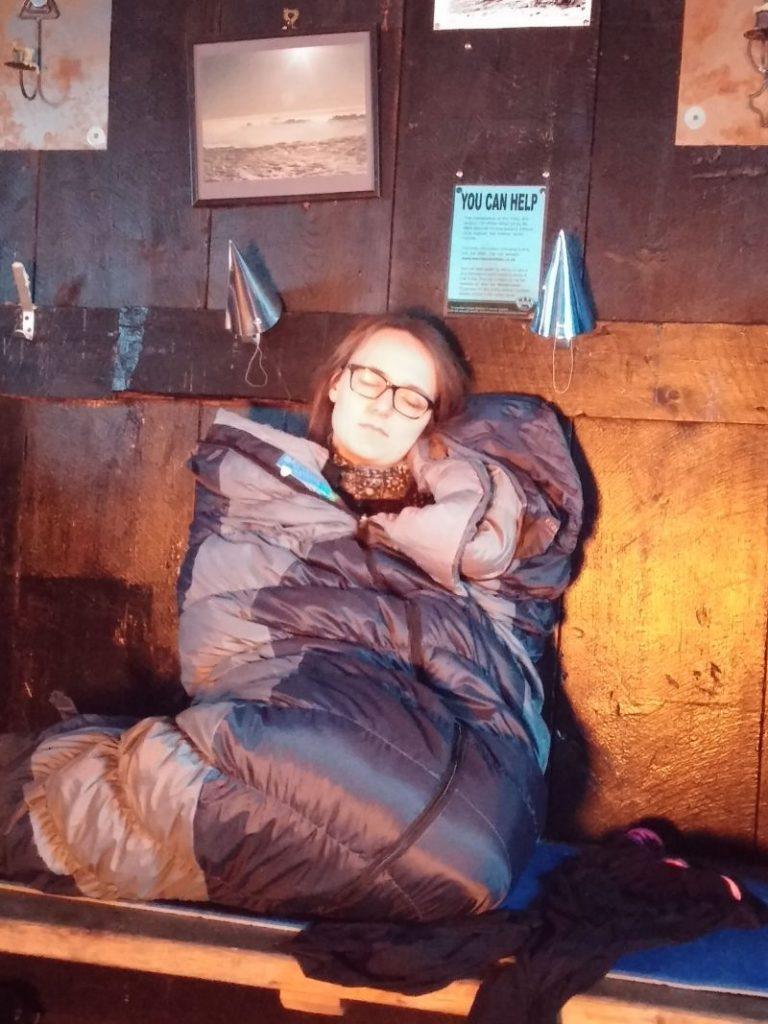 Silvester in den schottischen Highlands, Lea im Winterschlafsack auf der Ofenbank schlafend