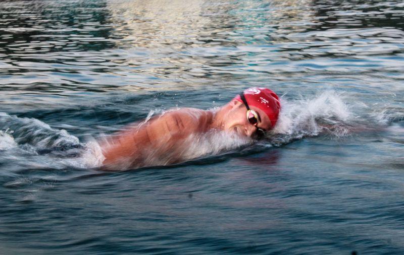 Nichts schreckt die Briten ab, an Weihnachten in der Nordsee zu schwimmen. Schwimmer im Wasser mit roter Badekappe.