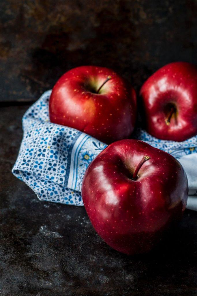 rote Äpfel auf blauem Tuch
