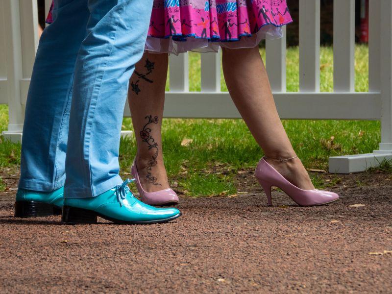Dame im Petticoat und rosa Schuhen, Herr in hellblauen Schuhen