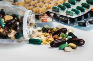 Tablettenglas mit ausgeschütteten Tabletten