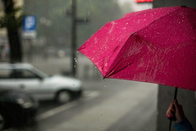 Roter Schirm im Regen.