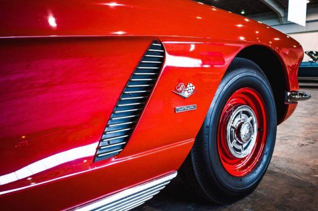 Roter Vintage Sportwagen von hseitlich hinten