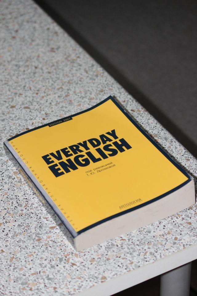 """Gelbes Lexikon für """"Everyday English"""" auf dem Tisch liegend"""