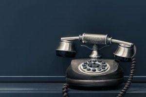 Altertümliches Telefon vor dunklem Hintergrund
