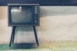 Fernsehgerät 50er Jahre auf Beinen