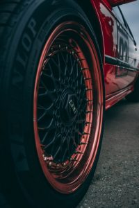 Dunlop Gummireifen eines roten Sportwagens