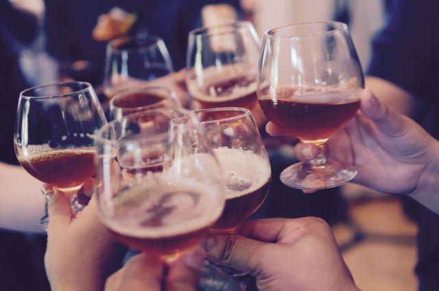Sechs mit Alkohol gefüllte Gläser stoßen an.