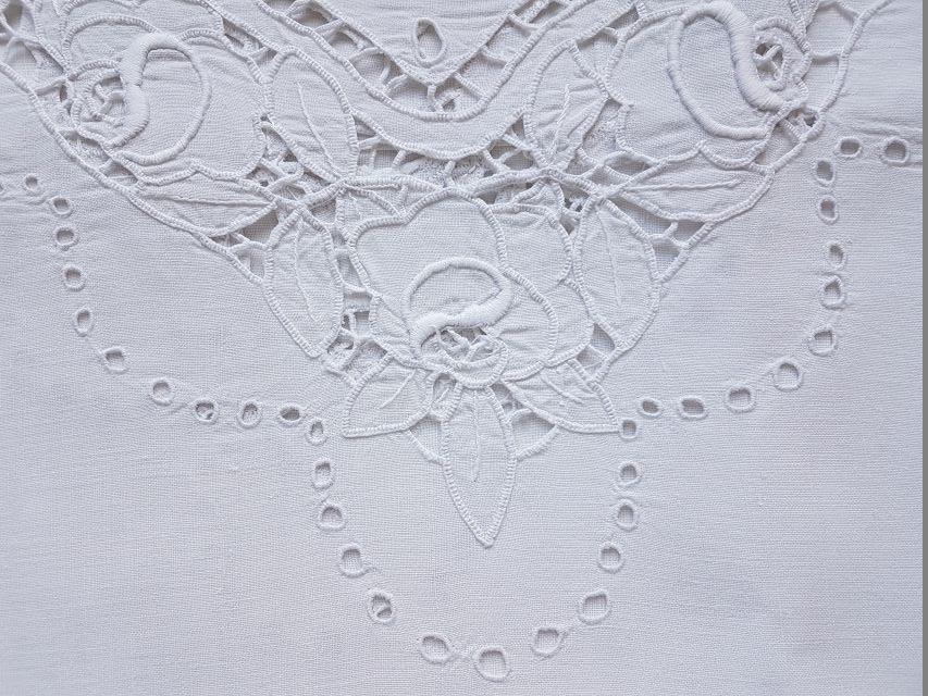weißes Leinentischtuch mit Lochstickerei