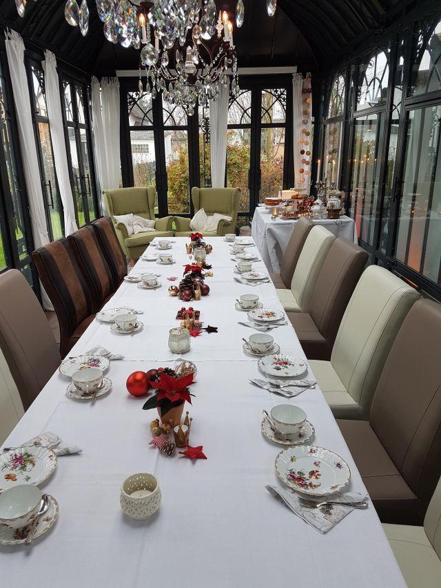 Tafel eingedeckt zum Afternoon Tea im Gartenhaus im Advent.