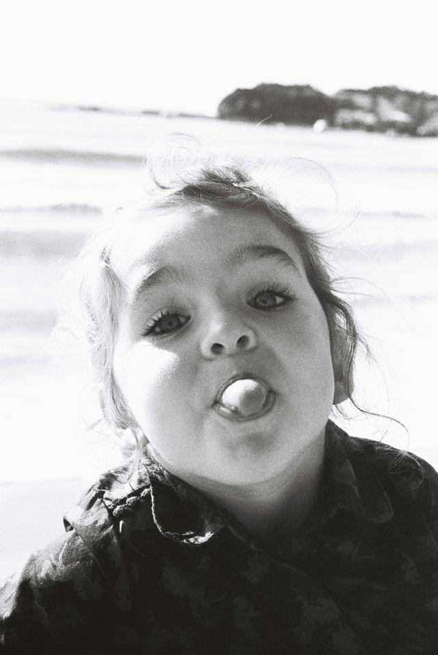Kleines Mädchen streckt die Zunge heraus