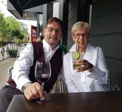 Steve und Diana Bright mit weinglas und Gin Tonic in der Hand