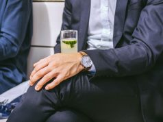 Mann mit Gin Tonic Glas
