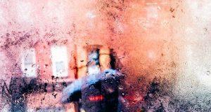 Mann im strömenden regen von bschlagener Scheibe aus aufgenommen