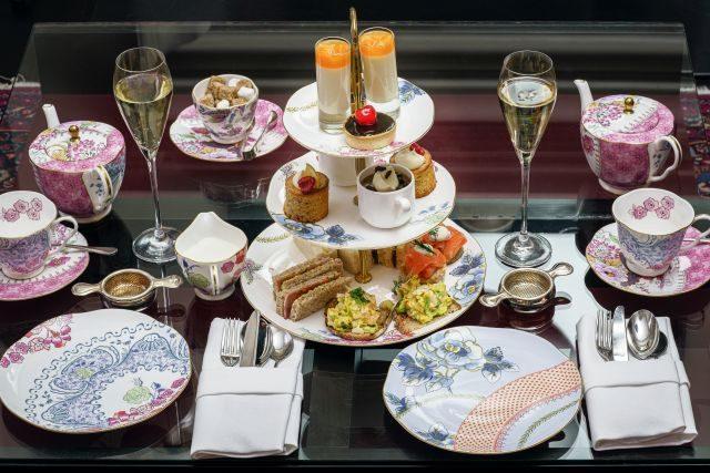 Gedeckter tisch für Afternoon Tea mit Champagner