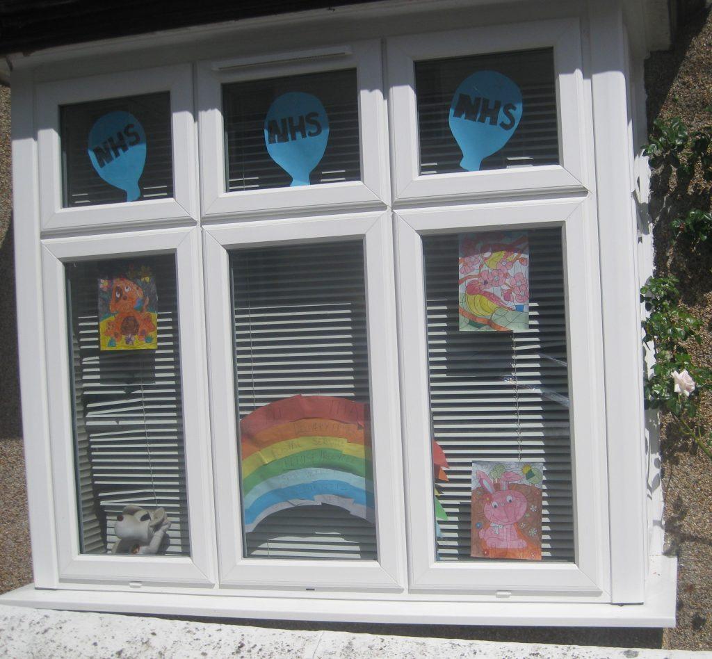 Kinderbilder im Fenster für den NHS
