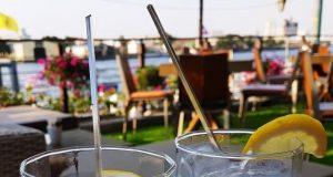 Zwei Gläser mit Zitrone und Strohhalm
