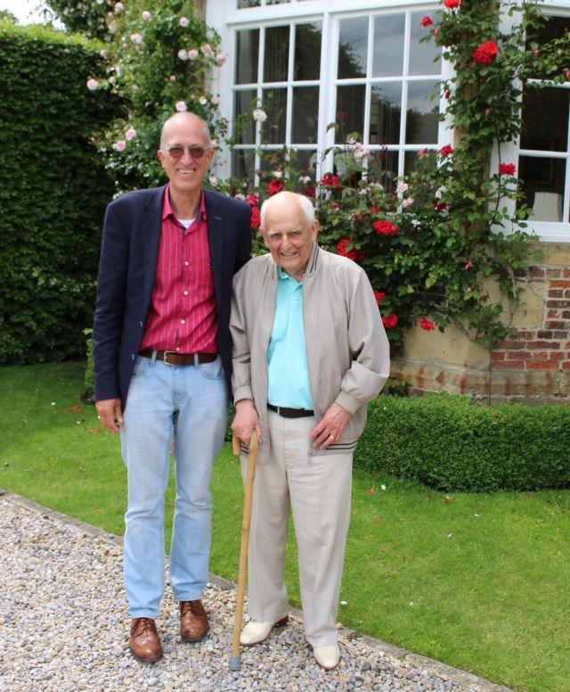Helmut Müssemann und Peter Dunn vor Goldsborough Hall, Leeds