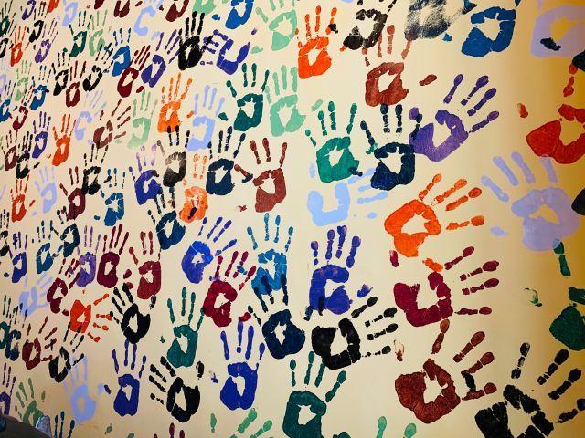Bunte Handabdrücke auf Wand