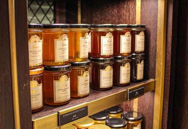 Mehrere Honiggläser in einem Holzregal