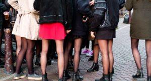 Frauenbeine schwarze Stiefel und Strümpfe