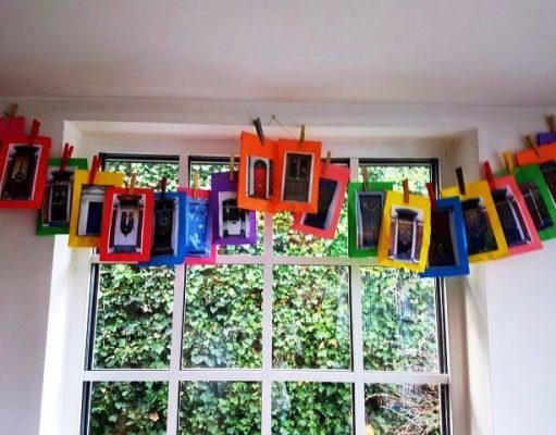 Adventskalender mit bunten Tüten mit Londoner Türen drauf