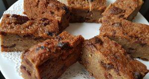 Acht Bread Pudding Stücke kreisförmig auf dem Teller angeordnet