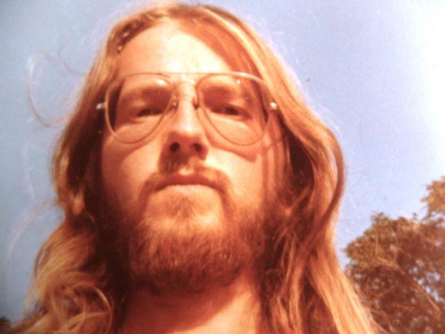 Roadtrip durch Großbritannien, junger Mann, lange. blonde Haare, Bart