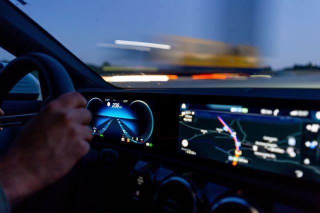 Roadtrip durch Großbritannien, Nachtfahrt, Hände am Steuer und Tacho mit 200 km