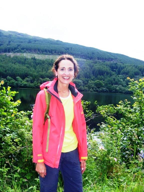 Wanderin mit Roter Jacke und gelbem Hemd, im Hintergrund Loch Lubnaig