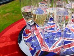 Sektgläser auf britischer Flagge