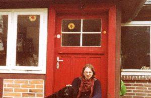 rote Haustüre Hund Mann