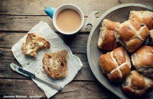 Brötchen mit Kreuz Tasse Kaffee