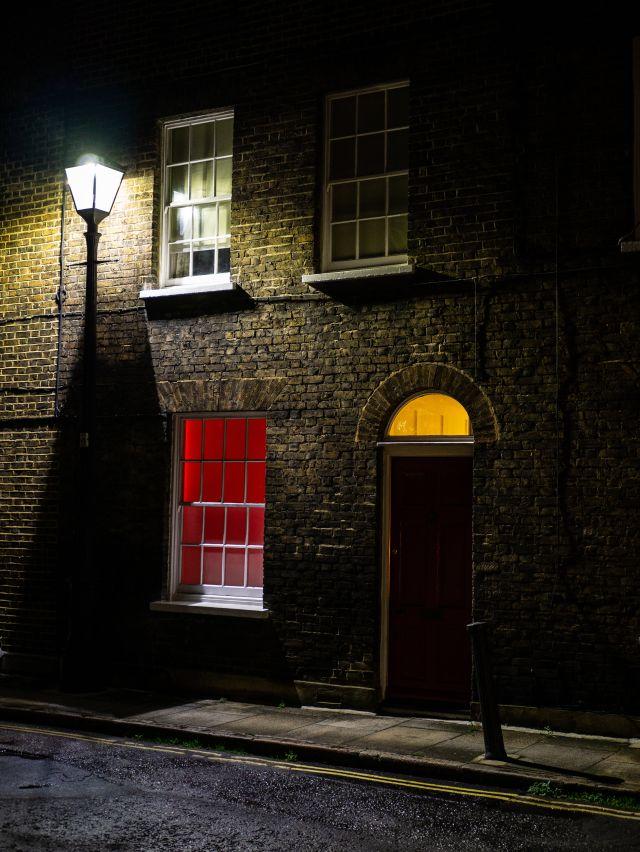 Laterne Fenster rot Türe gelb Backsteinhasu