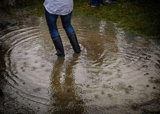 Gummistiefel in Regenwasser