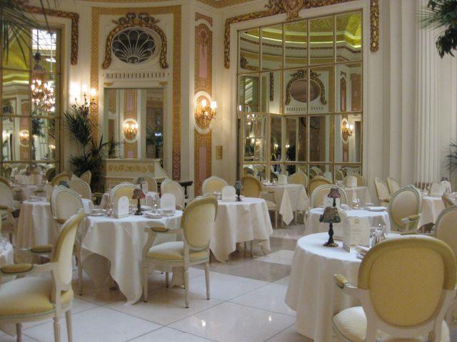 cremefarbener Salon mit weißen Tischtüchern
