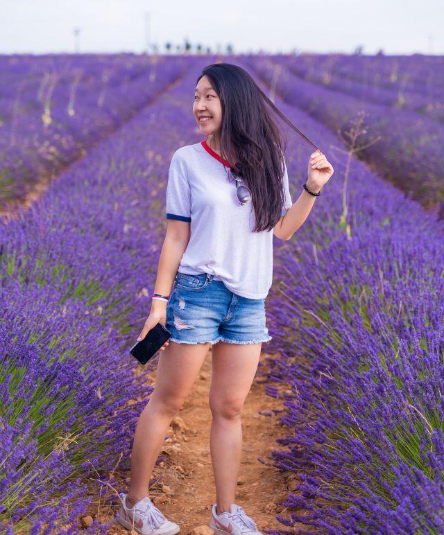 Lavendelfeld Mädchen mit kurzen Hosen und Handy