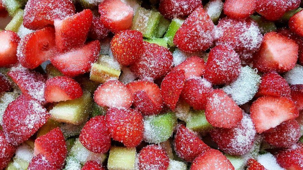 Erdbeerstücke Rhabarberstücke mit Zucker