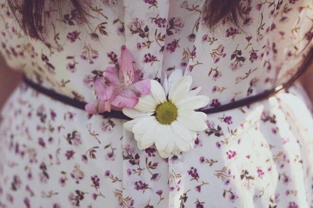 Blümchenstoff Kleid mit Gürtel und Blume