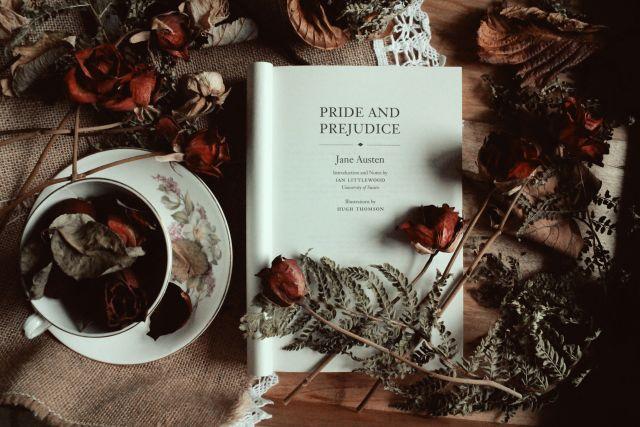 Buch von Jane Austen mit getrockneten Rosen und Teetasse