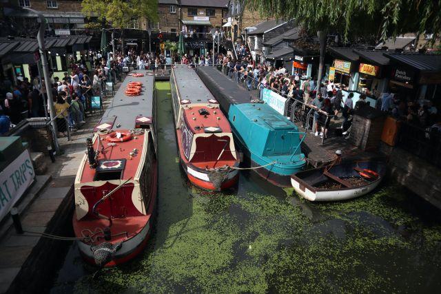 drei Boote im Kanal und Menschen