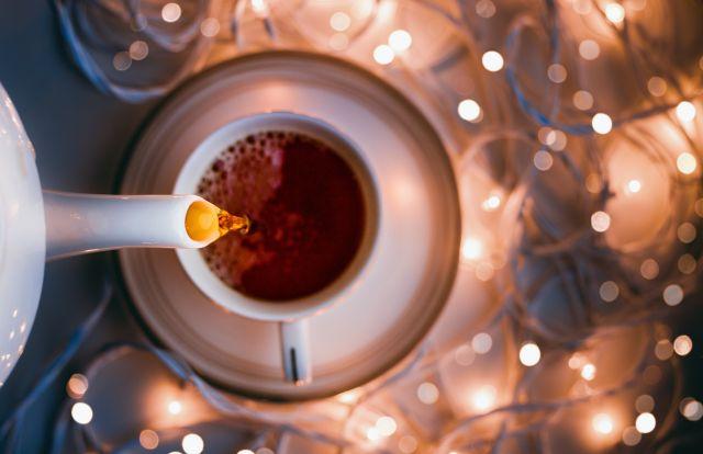 Tee eingießen Tasse