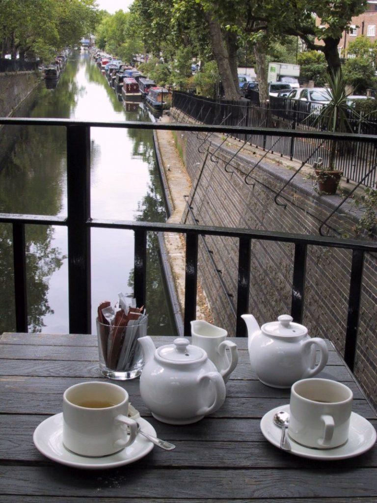 Teekannen Teetassen über dem Regent Canal London